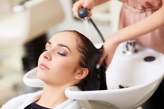 Nachtpflege der Haare. Kosmetikprodukte und Schönheitstricks